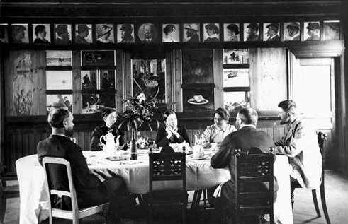 Brøndum's dining room with (left to right) Degn Brøndum (brother of Anna Ancher), Hulda Brøndum (sister of Anna Ancher), Anna Ancher, Marie Krøyer, P.S. Krøyer, and Michael Ancher, ca. 1890s; Image courtesy of Skagens Museum