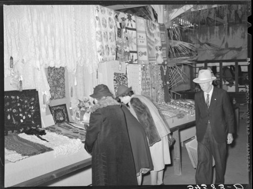 Russell Lee, Women looking at quilting and crocheting exhibit at Gonzalez County Fair. Gonzales, Texas, November 1939. Library of Congress, Prints & Photographs Division, Washington, D.C.